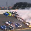 Зрелищно и страшно: более 20 гоночных автомобилей столкнулись во время соревнований в США