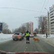 Сотрудник ДПС остановил движение, чтобы хромая собака перешла дорогу