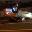 Каршеринговый VW опрокинулся на крышу ночью на велодорожке возле Лошицкого парка, водитель сбежал