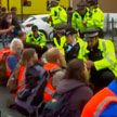 В Великобритании экоактивисты перекрывают трассы и создают заторы