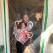 Девочка нашла способ, как безопасно обнять бабушку и дедушку на карантине (ВИДЕО)