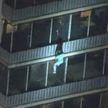 Кадры из США, от которых мурашки по коже. Мужчина спускался по решёткам балкона с 19 этажа (ВИДЕО)