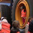 Сколько слонов может перевезти один БелАЗ? Воспитанники детских домов побывали на заводе