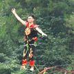Акробатика на высоте: захватывающее представление устроили слэклайнеры в Китае