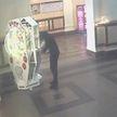 Парень вскрыл автомат с цветами в Витебске, чтобы подарить их девушке (ВИДЕО)