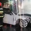 ДТП в Могилеве: Tesla врезалась в световую опору и загорелась (ВИДЕО)