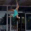 В России девушка станцевала на шесте у крыльца мэрии (ВИДЕО)