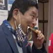 Олимпийской чемпионке по софтболу из Японии заменят золотую медаль. Награду укусил мэр ее родного города