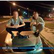Парни устроили фотосессию на автомобиле милиции в Гомеле: возбуждено уголовное дело (ВИДЕО)