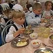 Меньше соли и сахара, но больше молока. В Беларуси корректируют питание школьников