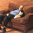 Пожилой мужчина полгода приходит в приют, чтобы поспать вместе с котами