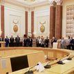 Александр Лукашенко во Дворце Независимости вручает госнаграды медикам