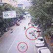 Гусь упал с крыши и сбил девушку на мопеде в Китае (Видео)