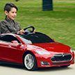 Мальчик за рулём игрушечной машины сбил пенсионерку (Видео)