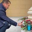 Убийство сотрудника КГБ: к зданию ведомства в Минске люди несут цветы (ФОТОФАКТ)