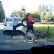 Жестикулировал руками и ногами. Велосипедист чем-то не угодил водителю Skoda (ВИДЕО)