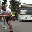 Силач поздравил Гродно, протянув 12-тонный троллейбус с пассажирами