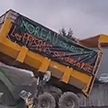 Во Франции разъяренные фермеры сбрасывают навоз перед правительственными зданиями