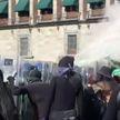 «Мирный протест» с топорами: феминистки набросились на полицейских в Мексике