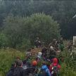 На латвийской границе пограничники пообещали мигрантам, что окажут помощь, но продержали всю ночь под дождем