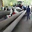 Бетонный столб насквозь пробил автомобиль в Китае