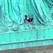 Женщина забралась на Статую Свободы в знак протеста против миграционной политики Вашингтона