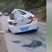 Падение огромного камня на водителя попало на видео