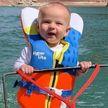 Шестимесячный малыш катается по озеру на водных лыжах