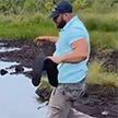 В омут с головой: мужчина решил сократить путь и окунулся в грязную воду (ВИДЕО)