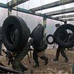 Новобранцы спецназа проходят психологическую полосу препятствий в Марьиной Горке