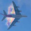 Завораживающе: фотограф снял на видео, как самолет пролетает сквозь радугу