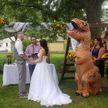 Подружка невесты пришла в костюме тираннозавра на свадьбу (ВИДЕО)