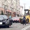 Асфальтоукладочный каток упал с платформы на внедорожник в центре Минска (ВИДЕО)