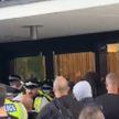 В Лондоне протестующие против ковидных ограничений пошли на штурм телецентра ВВС