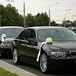 Свадебный кортеж столкнулся с авто в Слуцке, жених не выдержал и попрыгал на машине милиционера (Видео)