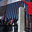 Нелегальные мигранты пытались прорваться из Мексики в США