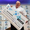 Рабочий выиграл в лотерею $94 миллиона и бросил работу