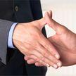 Коронавирус может передаваться через рукопожатие