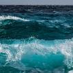 Застрявшую в море семью спасли за считанные секунды до гибели