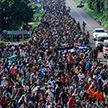 Караван мигрантов штурмует границу США