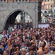 Тысячи людей возмущены бездействием властей после обрушения моста Моранди в августе в Генуе