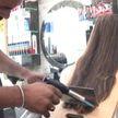 Паяльная лампа, ножи, стекло: пакистанский парикмахер делает прически очень нестандартными способами (ВИДЕО)