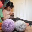 8-летняя девочка вяжет шапочки для больных младенцев