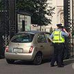 Женщина протаранила ворота здания правительства в Дублине (Фото)