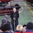 Поддержка многодетных семей, борьба с COVID-19, попытки разделения белорусского общества: Лукашенко ответил на вопросы журналистов во время посещения «Гомсельмаша»