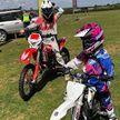 7-летняя байкерша гоняет на мотоцикле с матерью, которая любит экстрим