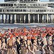 """Тысячи Санта Клаусов - """"моржей"""" искупались в Северном море в Голландии"""