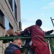 Пьяный брестчанин попытался перелезть через забор и напоролся на металлический штырь