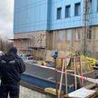 С 14 этажа здания в Минске упала монтажная люлька с рабочим: он погиб. Видео с места трагедии