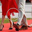Меган Маркл забыла снять магазинную этикетку с платья и вышла в свет